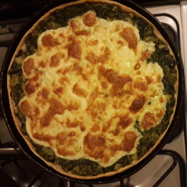 Tarta de espinaca, brocoli, ajo y queso.
