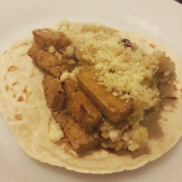 Taco de burgol y tofu con queso.